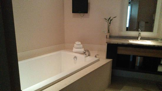 MGM Grand Detroit: Tub with T.V on wall.