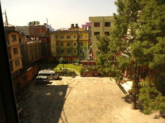 Hotel Tibet International: Courtyard view from room