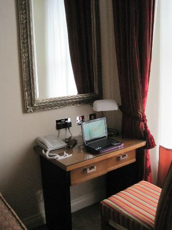 The Grand Hotel Tralee: Desk, room 106