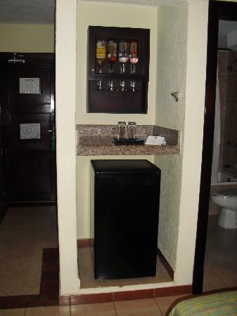 Hotel Riu Lupita: In-room bar and fridge