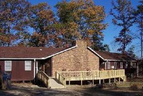 Pine Crest Camp Lodge: Lodge/Hostel sleeps 32 in 10 bedrooms