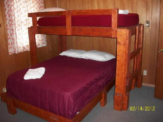 Pine Crest Camp Lodge: One of two bunk beds in this semi-private room