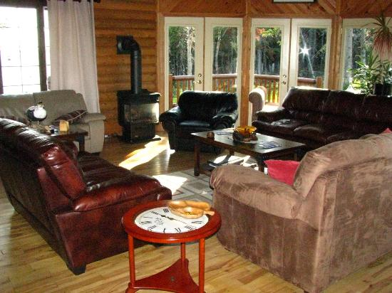 Tuckamore Lodge: Sunny living room area