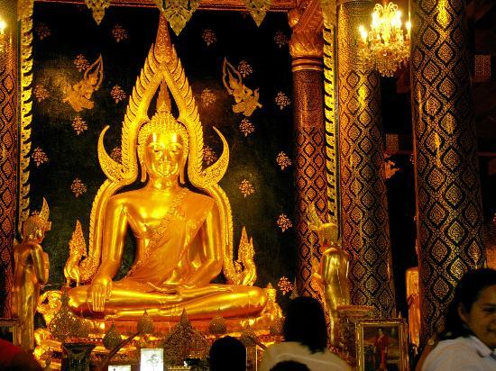 At the temple - Photo de Phra Si Ratana Temple (Wat Yai), Phitsanulok - TripA...