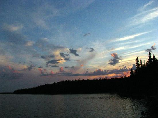 Tuckamore Lodge: Sun has set over the lake 