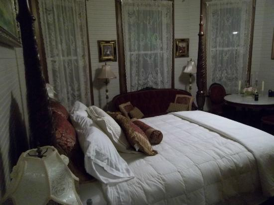Henry Smith House: Master Suite Bed