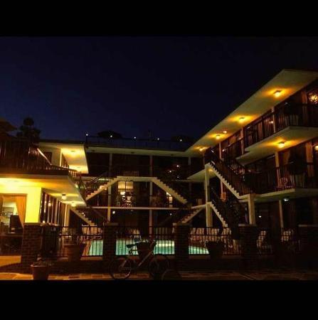 آلامار ريزورت إن: Front View of the Alamar Resort Inn 