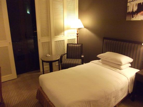 Hotel Equatorial Melaka: Comfortable bed with 2 fluffy pillows