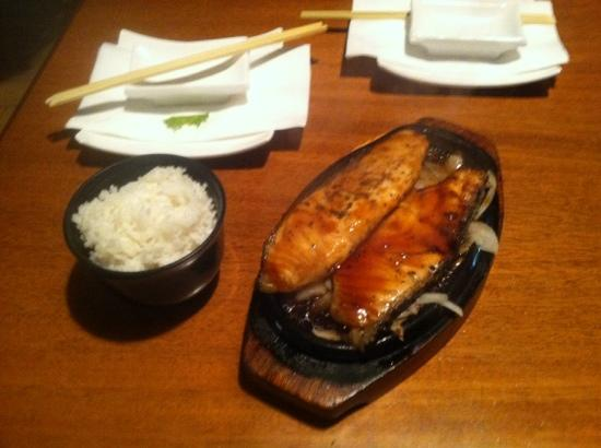En sushi & robata grill: grilled salmon keeps cooking right in the plate