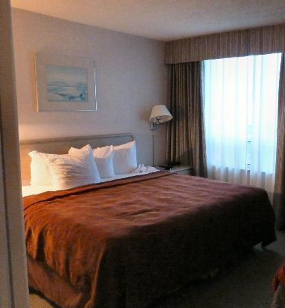 Quality Suites Toronto Airport: Separate bedroom