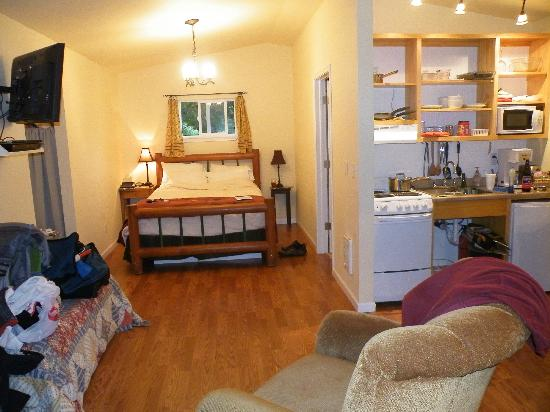 The Cabins at Beaver Creek: Cabin #1 - super clean & well equipped (the mess & clutter was from us, room was perfect)