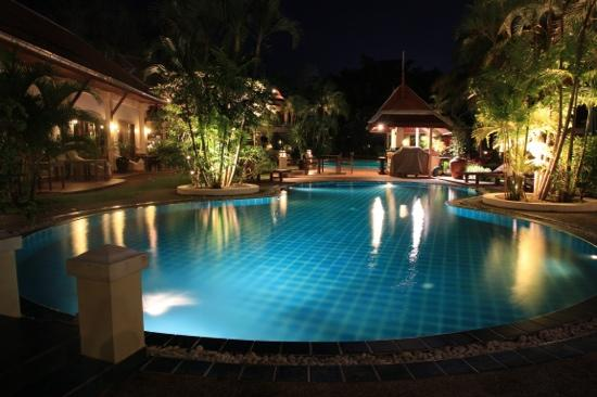 The Pe La Resort: Pool at night 1