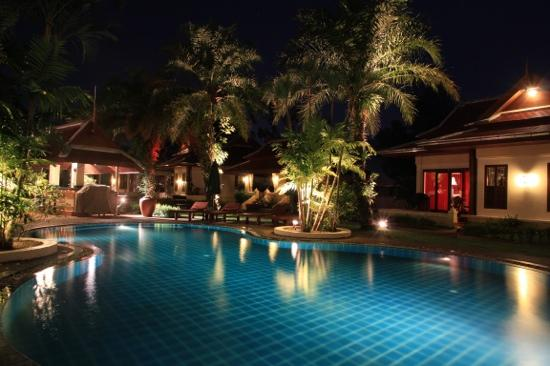 The Pe La Resort: Pool at night 3