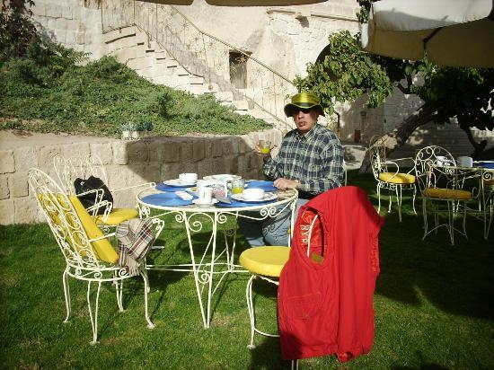 Tafoni Houses: sunny breakfast
