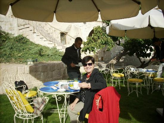 Tafoni Houses: breakfast in front garden