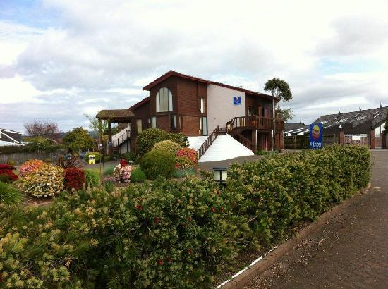 Cascades Lakefront Motel: Comfort Inn Cascades Taupo gardens from road front