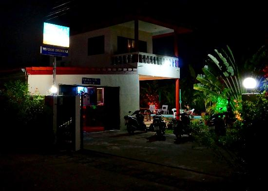 Sansuko Ville Bungalow Resort: Sansuko Ville at night