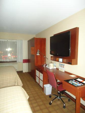 Four Points by Sheraton Kamloops: Flat screen, desk & wardrobe