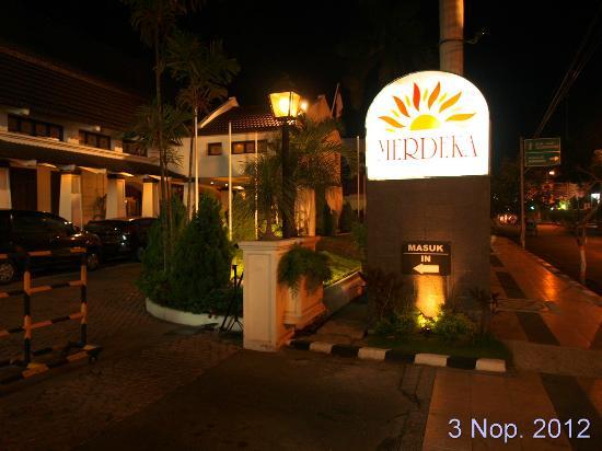 Hotel Merdeka : Wajah hotel saat malam hari