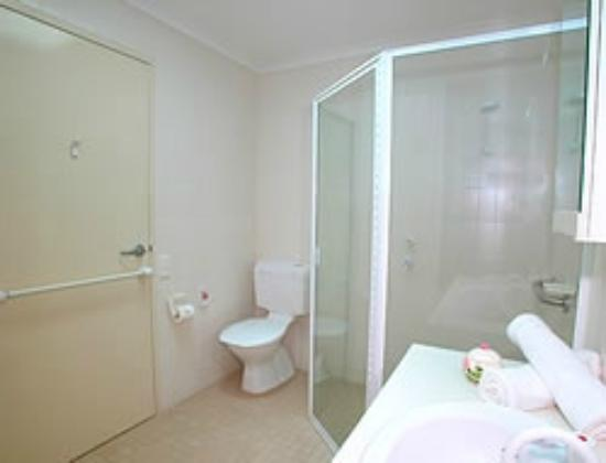 Wahroonga Waldorf Apartments: Bathroom