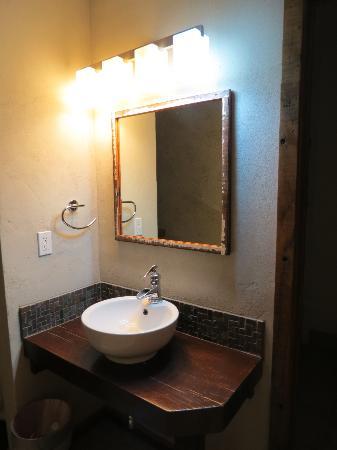 968 Park Hotel: Restroom Sink