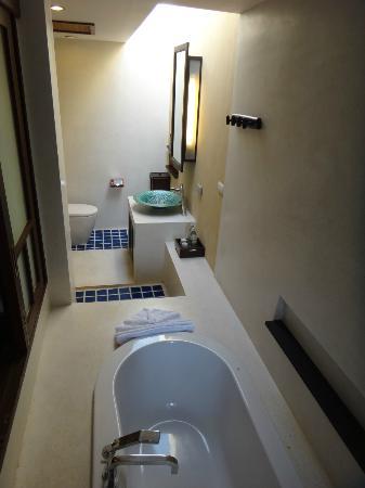 Bhundhari Spa Resort & Villas Samui: Open concept shower & bath