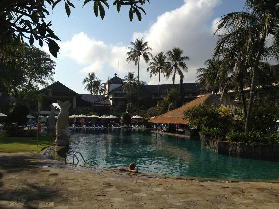 Discovery Kartika Plaza Hotel: Pool & swim up bar