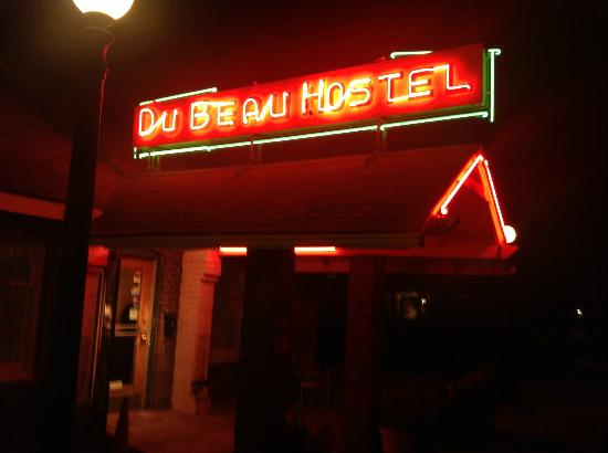 Motel DuBeau Travelers Inn & Hostel: The Sign
