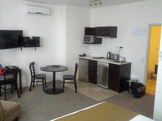 Quest Hamilton: Kitchenette and dining area