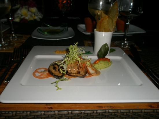 Dhevatara Beach Hotel: Ужин на пляже