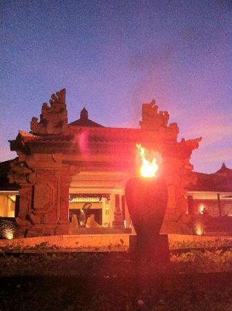 Holiday Inn Resort Baruna Bali: Entrance / porch at night