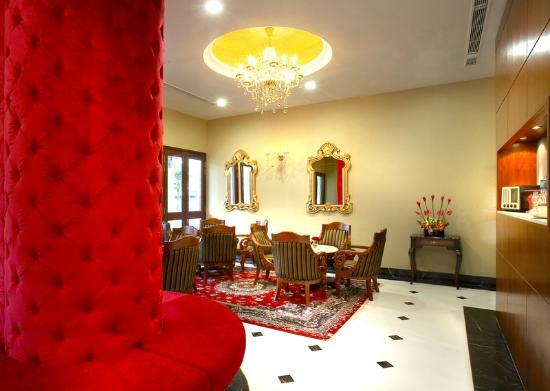 Hotel Nostalgia: Lobby