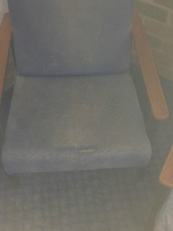 Cattleman's Rest Motor Inn: Filthy old lounge chairs