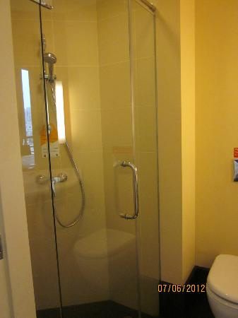 ibis Singapore Novena: Bathroom