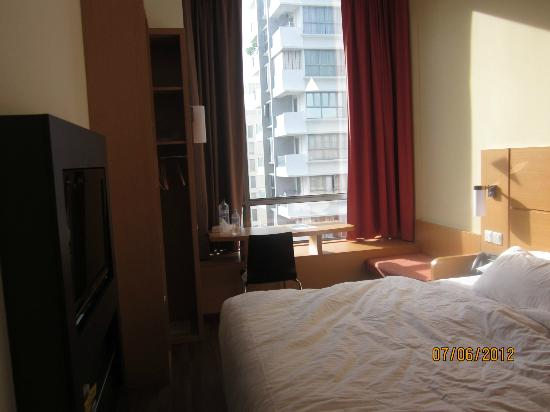 ibis Singapore Novena: Small but neat room