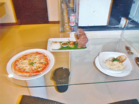 Umalas Hotel and Residence: Room service, pizza, chicken satay with peanut sauce & carbonara YUM!