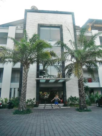 Umalas Hotel and Residence : Front of hotel