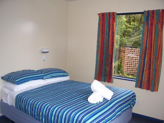 YHA Franz Josef: Bedroom - view from front window
