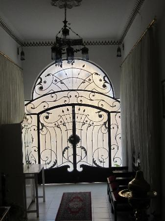 فندق مارا: Front door 
