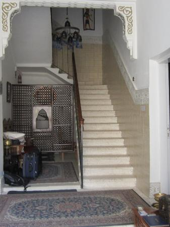 فندق مارا: Front foyer and up the stairs 