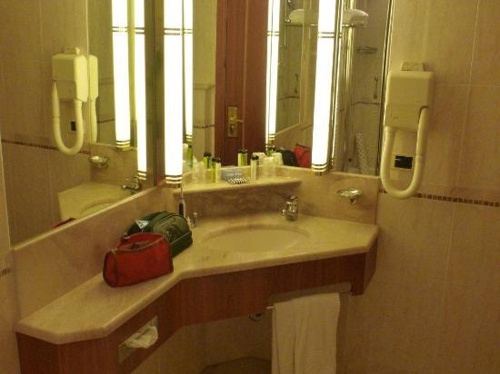 Terme di Galzignano - Hotel Splendid : bagno con un sacco di appoggi