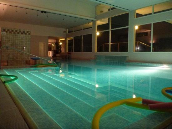 Terme di Galzignano - Hotel Splendid: entrata piscina coperta e passaggio esterno