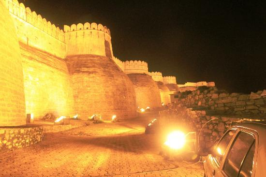 Kumbhalgarh Fort: The gignatic fort boundary wall - lit up in night after light-sound show