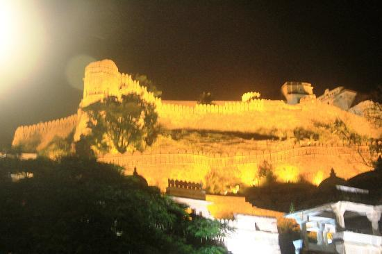 Kumbhalgarh Fort: The fort illuminated in night