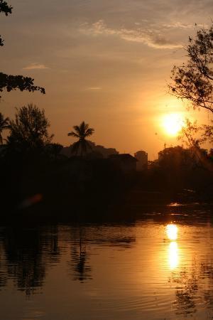 Utropico Guest House: Coucher de soleil sur le canal