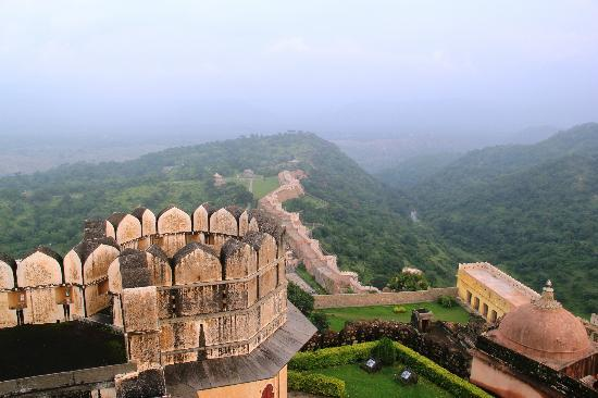 Kumbhalgarh Fort: View from the fort-top - the boundary wall down below and the valley