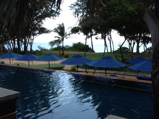 เจดับบลิว แมริออท ภูเก็ต รีสอร์ท แอนด์ สปา: blue pool with Andaman Sea