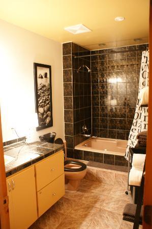 Accueil Chez Francois B&B: Salle de bains (avec baignoire à jets (jacuzzi))