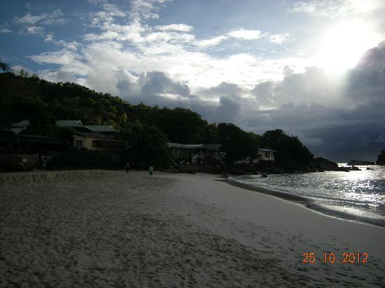 Anse Soleil Beachcomber: les chambres vues de la plage, sur la gauche un autre petit restaurant