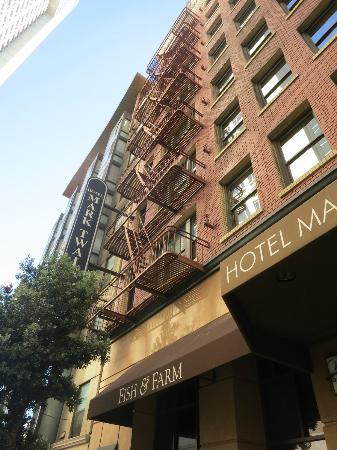 هوتل مارك توين: Front of hotel 